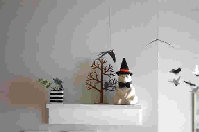 ポーラーベアに黒い魔女の帽子と蝶ネクタイを合わせたら、ハロウィンらしく仕上がりました。かぼちゃがなくても、ハロウィンの雰囲気は作ることができるんです!