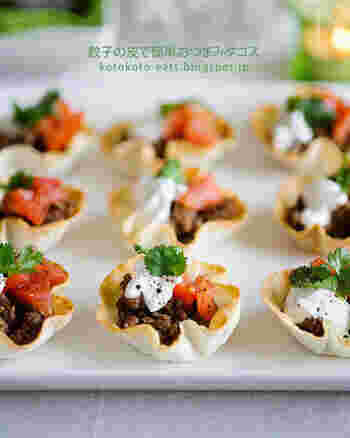 餃子の皮は、マフィン型などにカップ状に敷き、オーブントースターで焼けば、おしゃれな前菜などの器になります。こちらは、タコス。パーティーにもおすすめのフィンガーフードに早変わりです♪