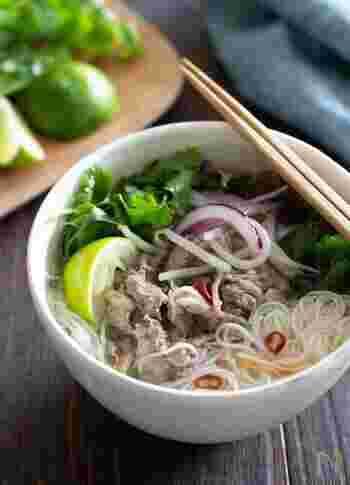 ベトナム料理に使われる米麺フォーの代わりにそうめんを使ったアレンジ。 牛肉をたっぷりとのせて、食べ応えのある一品に。香菜とベトナムの魚醤・ヌックマム(またはナンプラー)を使うことで、アジアン風のさっぱりとした味わいが楽しめます。ヌックマムやナンプラーがない場合は、代わりにしょうゆと塩で調整して。