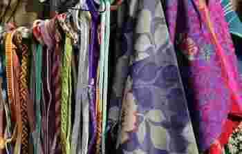 着物を扱う古着屋さん。鮮やかな色彩の帯締め。