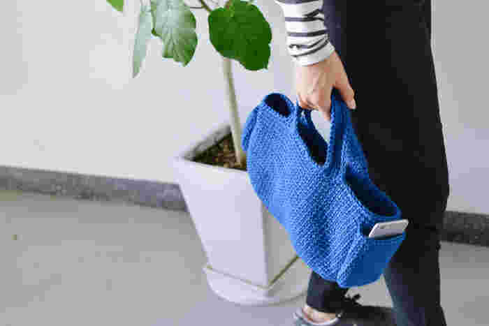 両わきにポケットのついたこちらのバッグ。編み方ガイドのついたキットなら、編み物をあまりやったことのない人でも安心です。