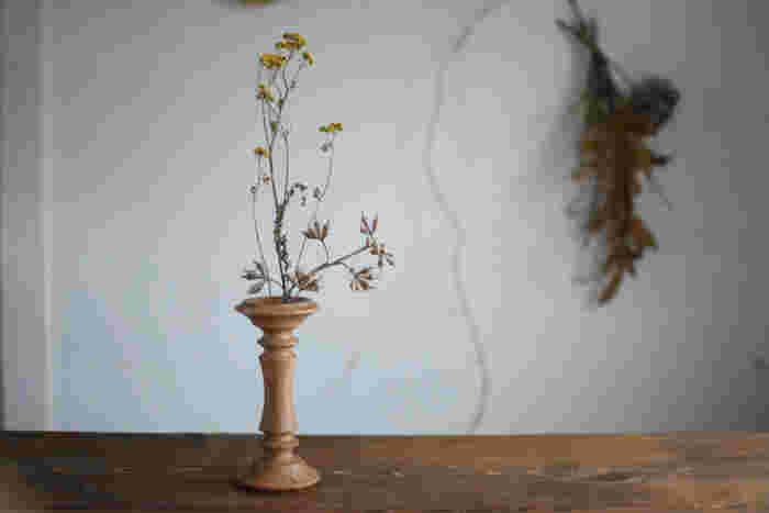 ほっとする木の温もり。写真の木のフラワーベースは、ガラス管が付いていて、生花を活けることができます。野の花に命を吹き込む木の魅力。昔の木製ボビンをモチーフにした、アンティークの趣きが感じられる作品です。