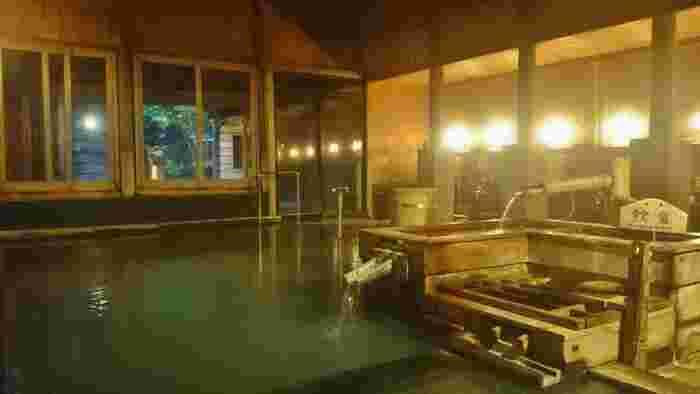 そんな外湯めぐりに便利なのが、旅館「さやか」さん。野沢温泉のシンボル「大湯(おおゆ)」の目の前にある温泉旅館です。こちらの大浴場は、宮大工による伝統的な湯屋建築造り。昼間でも薄暗く、落ち着いた雰囲気が魅力。身も心もリラックスできそうです。