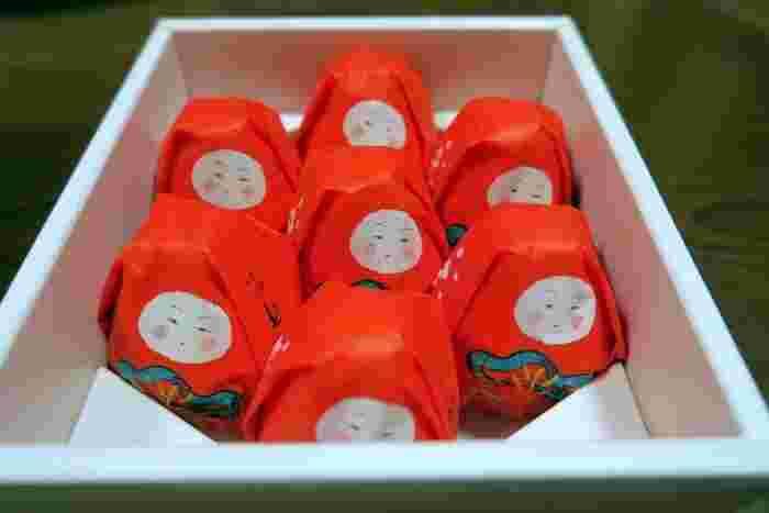 箱入りの「加賀八幡起上もなか」は、ずらりと並んだ姿がとってもキュート。お祝い事によく贈られるおめでたい和菓子なので、お土産にもぴったりです。幅広い世代に喜んでもらえそうですね。