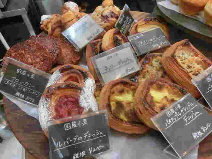 デニッシュ系も生地だけかじってもとっても美味しいんです。 少し高めの値段も納得のパン屋さん。