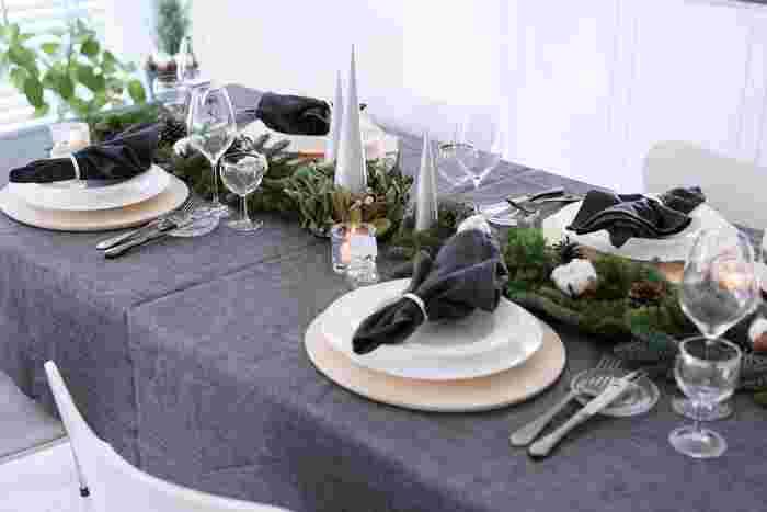 グレーのグラデーションの大人シックなテーブルコーディネートです。ブラックパールというこの色味、シルバーやグリーンとも相性が良く、食器類の見映えもUP。和洋問わず素敵なコーディネートを楽しめそう。