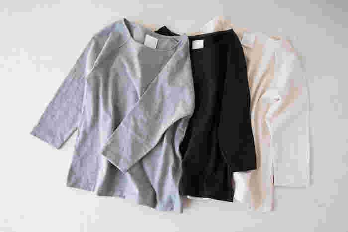 ワードローブをミニマムにしても、コーデを難しくしてしまうのが、柄物の洋服です。ドットやボーダー、ストライプなど、1点あるだけでコーデは華やかになりますが、合わせるものを選んでしまうという面も。毎日のコーデで迷わないのは、無地のものです。地味に見せないためには、素材感の違いを活かしたり、色柄のスカーフやストールを組み合わせたりするとよいでしょう。