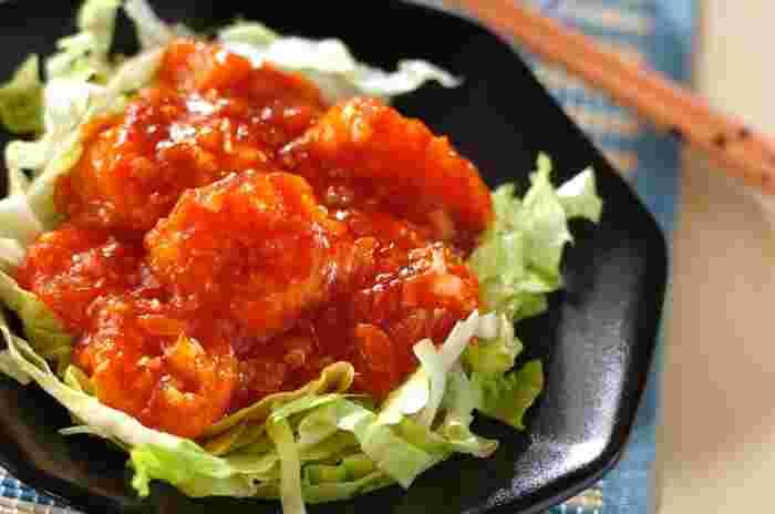 トマトもエビチリと相性がいい食材。トマトのタネを取り出しておくことで、水っぽくなりません。甘酸っぱさが加わっておいしくなるとともに、かさ増しにもなるのでうれしいですね。