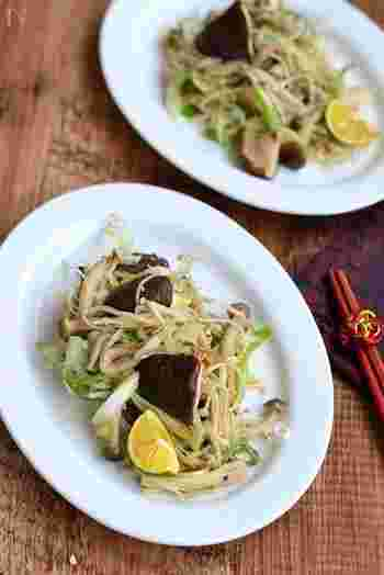 なにかと便利なきのこを使ったおかず。たっぷりきのこやおかかの旨味とネギ塩で、もりもり食べたくなるような中華風の副菜に。食べる時にかぼすやレモンを絞るのもおすすめです。