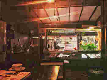 大正から昭和期にかけて活躍した江戸川乱歩の推理小説は、痛快というよりはダークな物が多く、寧ろ、その世界観にこそ人気が集まりました。そんな世界観にたっぷり浸ることができるのが、この『金魚カフェ』です。古い長屋をリノベーションしたノスタルジックな店内は、水槽越しに眺めると更に幻想的です。