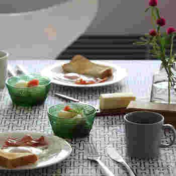 色のついたガラスの器はテーブルをさらに華やかにしてくれます。テーブルのアクセントとして、フルーツと一緒に楽しんでみてはいかがでしょうか。