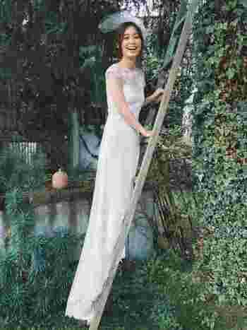 細身のシルエットが、スタイル良く見せてくれるドレス。ヘッドドレスタイプのミニベールが、若々しい印象に。弾ける笑顔が映えますね。