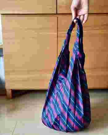 丸みを帯びたしずく型が可愛く、荷物がしっかり入るバッグです。持ち手が長いので、肩にかけやすいデザイン。普段使いにちょうど良い大きさです。