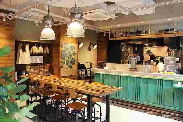 お洗濯が仕上がるまでの待ち時間をカフェで過ごしませんか?海外のカフェのようなおしゃれなテイストの空間なら、待ち時間も楽しく過ごせそう。