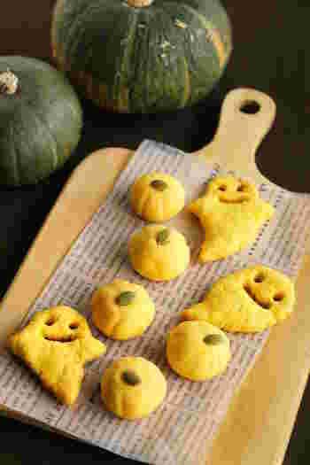 5つの材料で手軽に作れるクッキー。お化けクッキーの顔は、目をストローなどで抜き、爪楊枝で跡をつけるように描くとかわいく仕上がります。生地を丸めて爪楊枝で筋の跡をつけ、パンプキンシードを斜めから差し込むだけでかわいいかぼちゃ型のクッキーに。ハロウィンパーティーにもいいし、職場のおやつタイムにも出しても喜ばれそう。