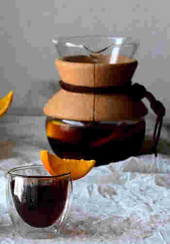 スイーツのような甘いマシュマロトーストには、爽やかな香りのブラックコーヒーがおすすめ。寝る前にオレンジとレモンのスライスをアイスコーヒーにつけておくだけで、簡単におしゃれでリッチなシトラス風味のアイスコーヒーができちゃいます。贅沢なトースト&コーヒーで、まるでカフェにいるかのようなひとときを過ごすことができますよ。