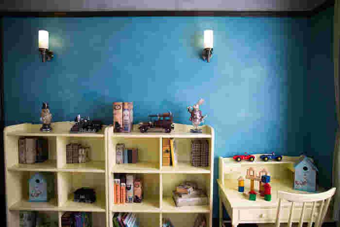 デザインするのは苦手・・・という方は、壁の色を変えるだけでぐっとおしゃれな雰囲気になります。まるでモデルルームのような素敵な色合い!ブルーの壁とナチュラルな家具で、優しい雰囲気の子供部屋ですね♪