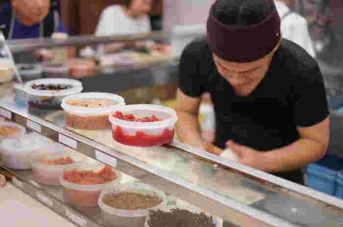 大塚駅北口の近くにある「ぼんご」は、お寿司屋さんのようにカウンターにおにぎりの具材が並び、ランチタイムを過ぎても行列が絶えない人気店。具材の種類が多いので、どれにしようか悩むのも楽しい♪