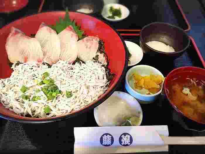 好きなお魚を2品選ぶ「二品丼」も人気メニュー。江ノ島散策のはじめに、ここでおなかを満足させてから歩き始めるのもおすすめですよ。