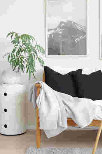 こちらはリネン素材のブランケットを、さらりとソファーの上に。ネイビーのクッションとのバランスも良く、さり気ないのにお洒落なリビングの完成です。