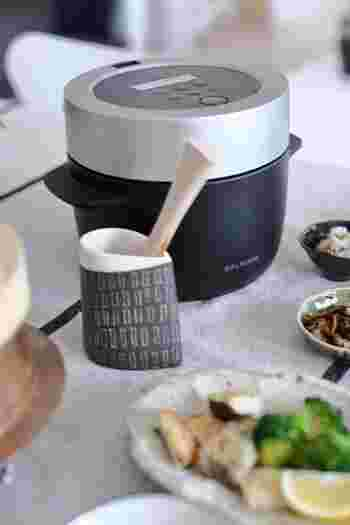 炊飯器はもっともお手軽にご飯を炊くことができる道具ですが、ちょっとした気配りでもっと美味しいご飯を炊きあげることができるようになります。タイマーで炊飯することができる炊飯器も多いのですが、何時間も浸水させておくのはあまりよくありません。水にお米のでんぷんが溶けだして美味しくなくなってしまいます。
