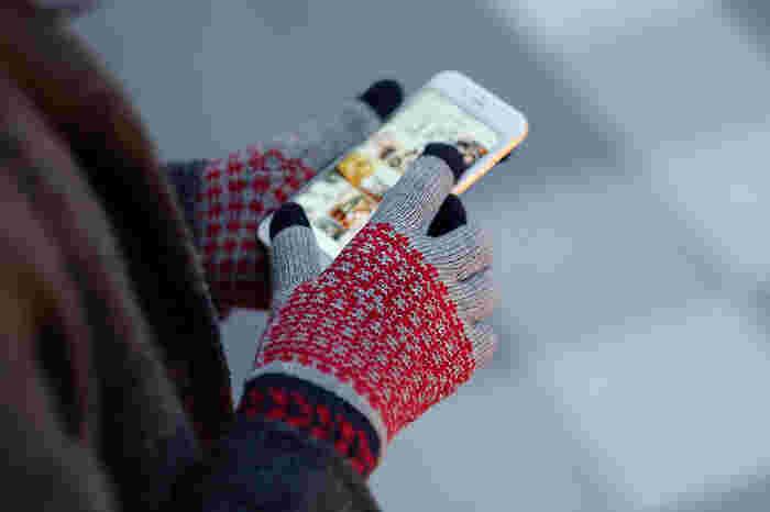 そんな、日本から世界に発信するグローブブランドであるEVOLGが手がけたこちらの手袋、エヴォログ タッチパネル ニット手袋 フルールは、スマートフォンやタブレットなどのタッチパネルを操作できる優れもの。3本の指に特殊糸が編みこんであるため、手袋をしたままタッチ&スクロールがスムーズに行えます。