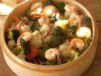 野菜の美味しさを最大限に味わうのなら、蒸籠で蒸しましょう。水分を補いながら、ゆっくりと温める蒸籠ならではの美味しさです。電子レンジでチンすると、水分が抜けすぎてふっくら感やしっとり感が味わえません。