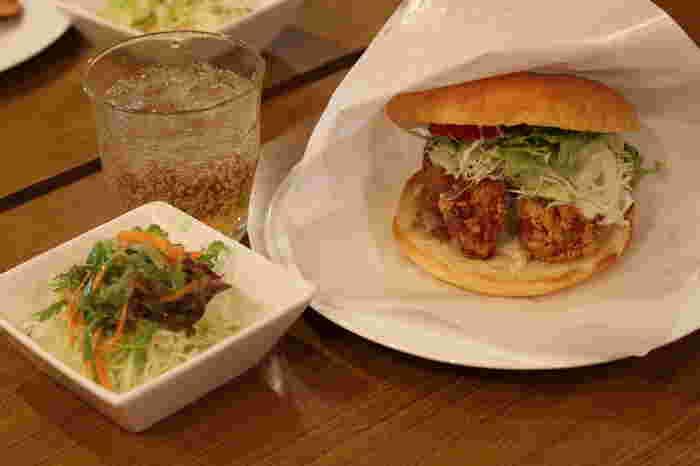1番人気は太宰府バーガー500円。こんがりと焼かれたバンズにはカリッと揚げられた唐揚げと梅と特製のタルタルソースが!ジューシーな唐揚げと梅とタルタルが絶妙にマッチ。1度食べるとはまってしまうハンバーガーです。