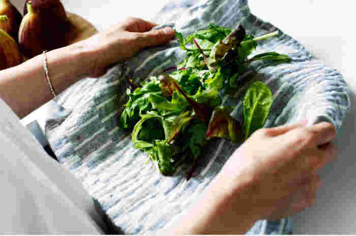 リネンは吸水性と速乾性に優れているので「ふく」という用途にも適しています。人の肌と同じ中性で、静電気も起きにくく肌あたりもとってもソフト。タオルとしてお風呂上りなどに使うのもおすすめです。キッチンでは食器を「ふく」のはもちろん、野菜の水切りなどにもいいですよ。