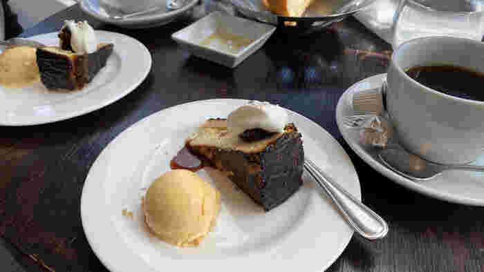 デザートのみの利用もOK。表面がカリっと香ばしいバスク風チーズケーキは、レモン風味のアイスと一緒に召し上がれ。