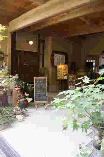 栃木県益子町(ましこまち)は、春と秋に陶芸市が開かれる陶芸の町。多くの窯元がある町でもあります。「益子焼窯元よこやま」は、陶器売場、カフェ・レストラン、陶芸体験ができる「陶芸体験教室よこやま」が隣接した施設です。