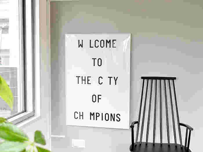 すっきりとした文字だけのポスターは、どこに飾ってもすんなりとお部屋におさまります。窓辺の明るさにスタイリッシュな雰囲気がプラスされてお洒落ですね。