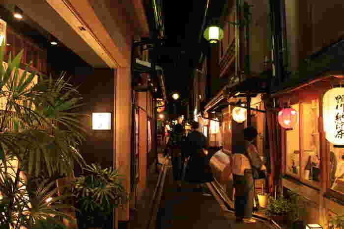 今回ピックアップしたお店はどちらもおすすめですが、京都市内はちょっと路地に入ればこじんまりした小料理屋や個性的なバーがたくさんあります。ぜひ京都の想い出のひとつに、お気に入りを見つけてくださいね。