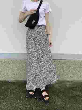 シンプルな白Tシャツに、マーメイドラインの小花柄スカートで春夏らしさが印象的。ショルダーバッグとスポサンをあわせて、お散歩にももってこいの着こなしですね♪
