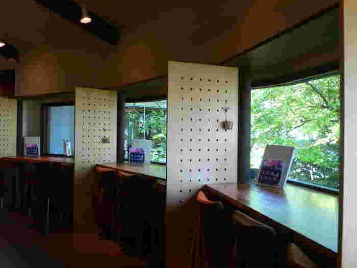 開放感のある大きな窓に向かって座ると、それだけで癒されそう…。ひとりでゆっくりできるこちらのカウンター席の他、個室などもあるのでシーンに合わせて過ごすことができますよ。