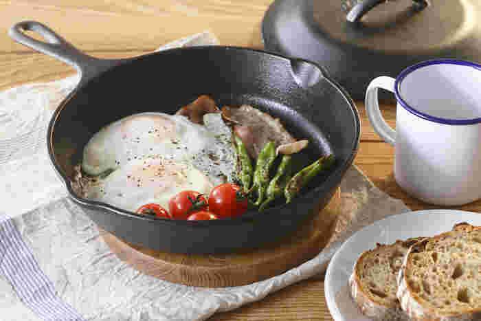 お馴染みのスキレットとは分厚い鋳鉄製のフライパンのこと。高い蓄熱性で素材のおいしさを逃さないので、お肉もジューシーにこんがり焼き上がります。キャンプの朝食に目玉焼きを作りたい時も重宝しますよ♪