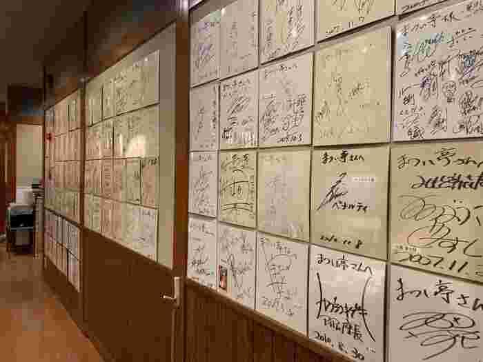 大阪は京橋にある牛もつ鍋の専門店「まつい亭」。たくさんの芸能人、著名人も通う人気店。壁にはサインがたくさん!