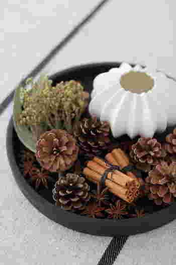 焦茶から黒茶のトーンは落ち着いた雰囲気を作ります。  秋の実りを取り入れた素敵なコーディネート。