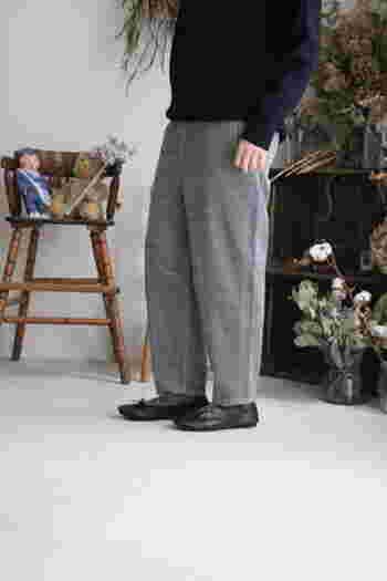 テーパードのコーデュロイパンツは、ゆったりとして履きやすいのにすっきりとしたシルエットです。黒のアイテムと合わせてモノトーンコーデにするのがおすすめ。