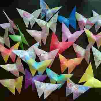 色とりどりの蝶々が美しい折り紙。モビールにしたらきっと素敵です。