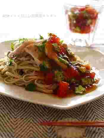 夏野菜のトマトとオクラを加えた、めんつゆのジュレ蕎麦です。しっかり食べて、スタミナをつけたい時に。