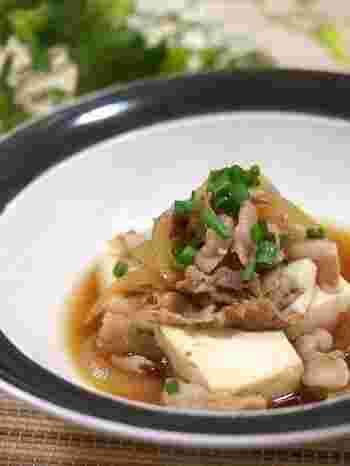 豚バラ肉の旨みがたっぷり染み込んだ「肉豆腐」。最初にお肉を炒めて、出てきた美味しい脂を味付けに活かします。お豆腐は最後に加えて、あまり煮過ぎないようするのがポイントですよ。スープはごはんにかけて食べるのもオススメ♪