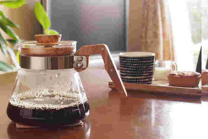 ドリッパーで抽出したコーヒーを溜めるサーバー。ドリッパーとセットで使うことが多いので、お互いのサイズが合うものを選びましょう。何人分のコーヒーを溜められるものがいいのかでサイズを決めるといいでしょう。