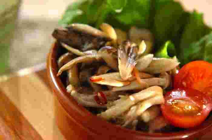 キノコたっぷりのホットサラダは、キノコを焼くようにじっくりと炒めるのがポイントです!