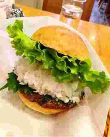こちらは「鬼おろしそバーガー」。たっぷりの鬼おろしとしそは、食べた事がない新しい味のバーガー。試す価値あり!ですよ。