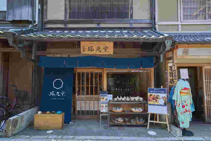 「瑞光窯」は1867年創業の伝統ある焼き物の窯元です。京都の中心地にありながら、気軽に陶芸体験をすることができます。伝統的な京焼の技術を生かしながら、現代の毎日使いにちょうどいい本物の器を作っています。