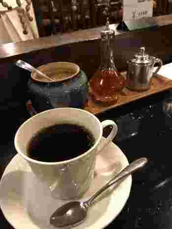 テーブルには、コーヒー用セットとして、お砂糖、ブランデー、ミルクポットが。  ブランデー!?と驚く方がいるかもしれませんが、はじめはコーヒーをブラックで一口ゆっくりいただいて、次に香り付けにブランデーをたらして飲んでみると・・ふわっと豊潤な香りがして、美味しいですよ。まさに大人のための一杯です。