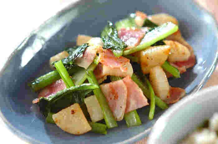 和食に使うことが多い小松菜と長芋を、ナンプラーで仕上げるとエスニックな炒め物になります。ベーコンのおかげで旨味とコクもアップ。小松菜の苦みが苦手な子どもたちもぱくぱく食べられるおかずです。