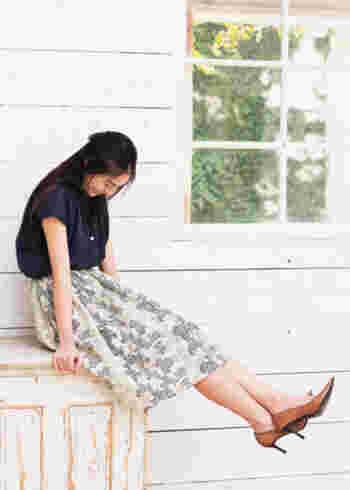 スラブ糸を使った手織り生地にブラシで刷毛目のペイントをほどこした、ドットのような珍しい模様のプリントスカート。