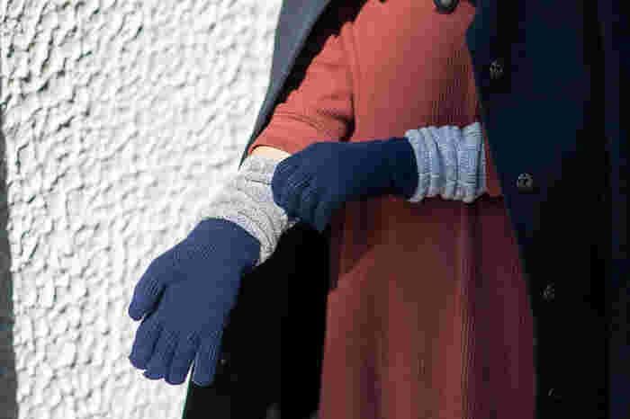上品なロンググローブは手首や袖口から入る寒気もブロックしてくれる暖かなデザイン。特許技術によって、スマホの操作もピンポイントでストレスなくできるようになっています。グレーやベージュのツートンカラーのバリエーションもあります。